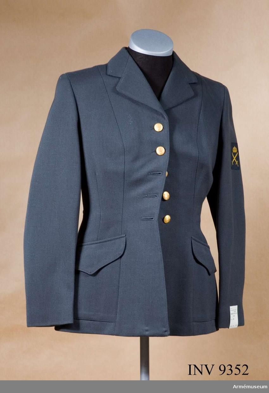 """Tillverkades åren 1960-1966 av stålgrå yllediagonal, 100 % ull. Från 1966 övergick man från yllediagonal till ripsdiagonal - 63 % ull och 35 % polyester - vilken kvalité visat sig i många avseenden bättre. Modellen bibehölls. Storlek 40. Jackan är enradig knäppt med fem medelstora (19 mm) uniformsknappar m/1939-60 guldfärg. Har enradiga slag, insvängd midja, två påstickade snedställda snedfickor med spetsfasonerade ficklock, lös ryggslejf knäppt på två medelstora (19 mm) uniformsknappar m/1939-1960 guldfärg. På insidan av höger framstycke en innerficka. Är helfodrad med svart konstsidenfoder, vilket vid senare tillverkningar utbytts mot svart nylontrikåfoder. På vänster ärm 150 cm från axelsömmen försvarsgrenstecken, stort, för armén i vävt utförande. För officer och underofficers tjänsteklass är tecknet utfört i guldbrodyr. Nytt tjänsteställningssystem infördes att gälla från 1972-07-01. Detta medförde medförde ingen ändring av anbringande eller utformning av tecknet, men beskrivningen innehöll följande lydelse """"Försvarsgrenstecken för armén tillverkas i guldbrodyr i stort format för förordnad  civilmilitär personal samt för civil personal av tjänstegrupp 1-3 och i vävt utförande i gul färg i stort och litet format för övrig personal"""". (Litet format på axelklaffshylsa på rockklänning m/1960). Märkning: på ryggens insida på fodret under hängaren, stämpel: Tre kronor 1963. Till höger därom vävd storleksetikett: 40. Under innerfickan vävd etikett: Te-Be-We kvalité. Firmanamn för tillverkaren Thure B Wiberg, Malmö."""