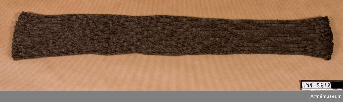 Samhörande nr är 9605-9605 + 9659-9666. I par 9617-9618.Strumpskaft m/1906.Stickade skaft som bars utanpå skidbyxan vid stark kyla.
