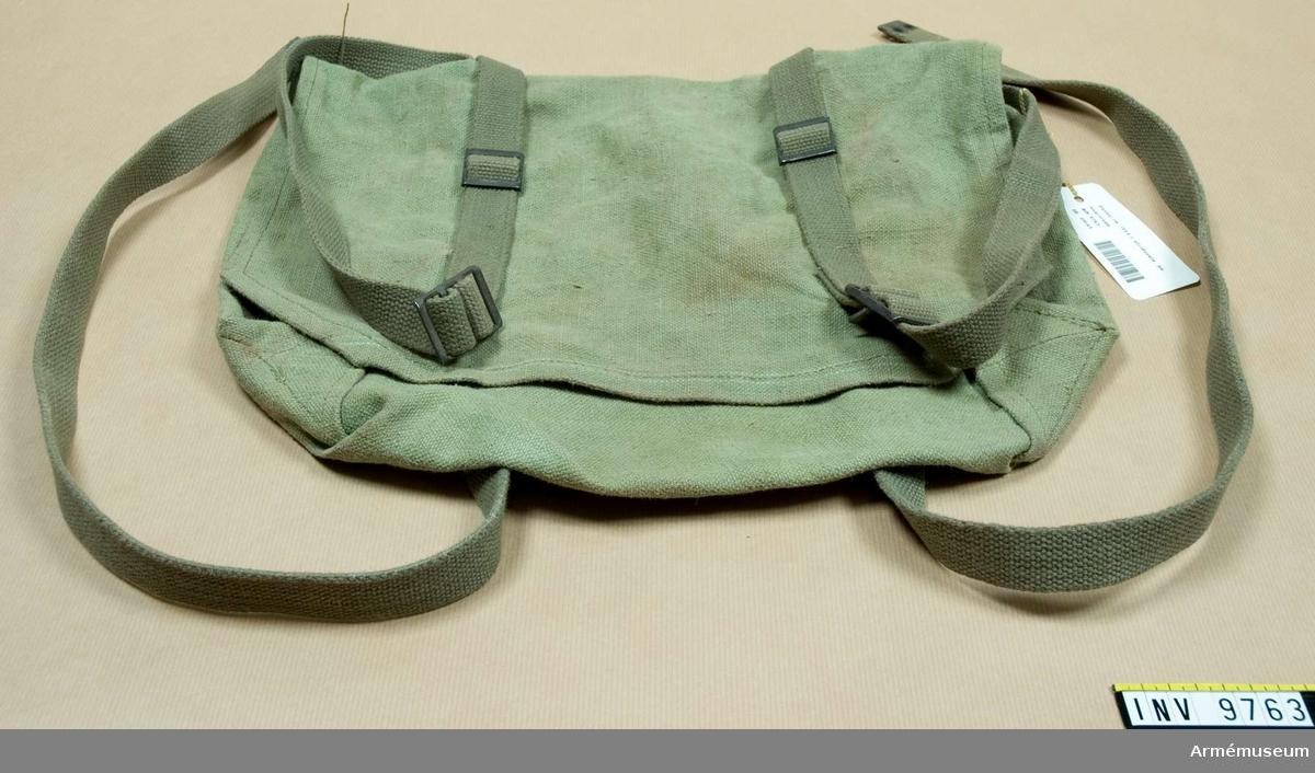 Väska fm/1954 t stridssele. Av ljusgrön presenningsväv med gröna  cordband.