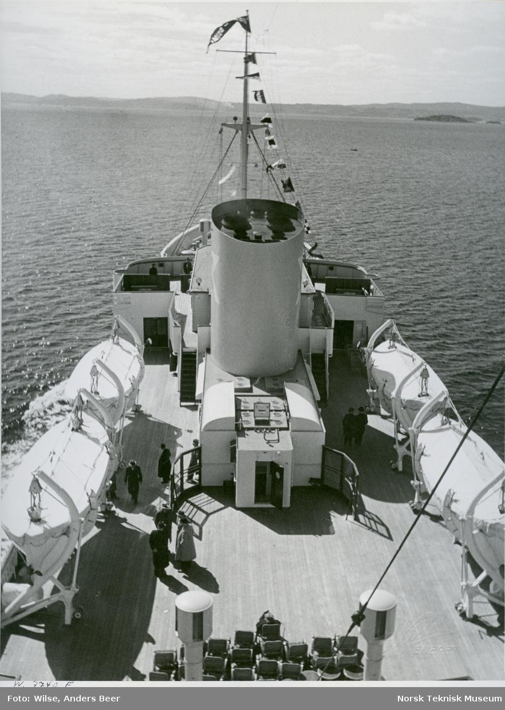 Menn på dekk på passasjer- og lastebåten M/S Black Prince, B/N 473 under prøvetur i Oslofjorden 27. april 1938. Skipet ble levert av Akers Mek. Verksted i 1938 til Fred. Olsen & Co, Oslo og gikk i rute Kristiansand - Newcastle.