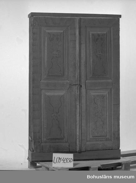 """Ur handskrivna katalogen 1957-1958: 2 skåpdörrar """"SLS. 1820 I.OD"""" L 143,5 Br. 48. resp. L.143,5. Br. 50,5. Rödmålad m. mönster i blått. Maskhål. Något skadade. Dörrarna fastsatta på attrapphyllor. Viganseröd, Lane Ryr  Lappkatalog: 82"""