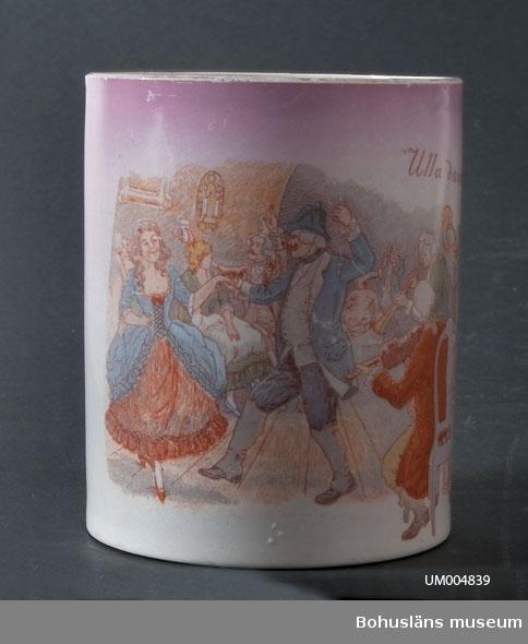 """Cylindriskt kärl med en hänkel. Vit med en polykrom scen från 1700-talet med dansande par och musikanter.  Bakgrunden är rosa. Text: """"Ulla dansar"""". På mynningens kant är det guldfärg. Under botten är det intryckt i massan: """"DP"""" (?) samt en trea (3). Muggen har en spricka. Ölost (eller ölsupa, ölsoppa) är en traditonell bohuslänsk dryck som bygger på svagdricka och mjölk som kokas och vispas. Recept se UM005098.  Ur handskrivna katalogen 1957-1958: Ölostmugg Mynningsdiam. 11,5. H: 14. Vit-skär, porslin, med motiv """"Ulla dansar"""" i färg. Hel. Sprickor.  Lappkatalog: 62"""