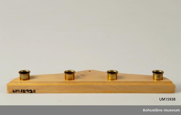 Passformad platta med fyra mässingsljushållare.  Se UM015810