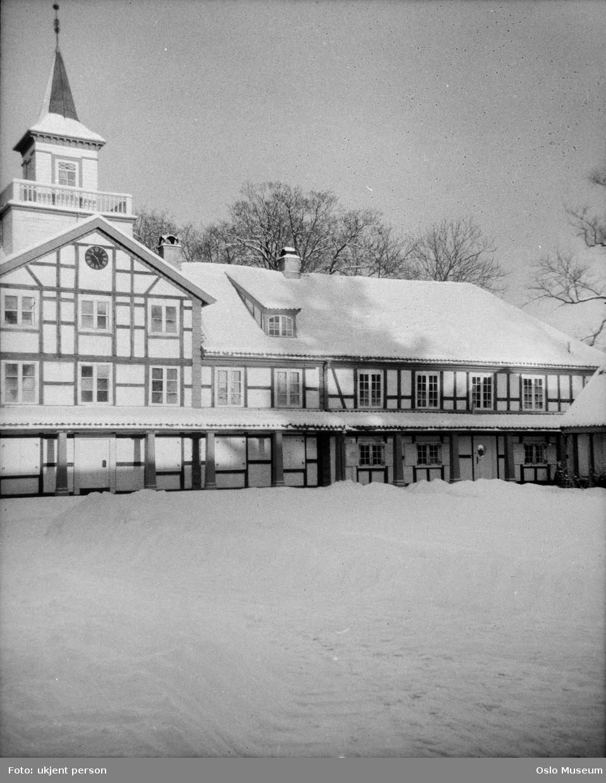 Frogner Hovedgård, Oslo Bymuseum, gårdsinteriør, svalgang, bindingsverk, snø