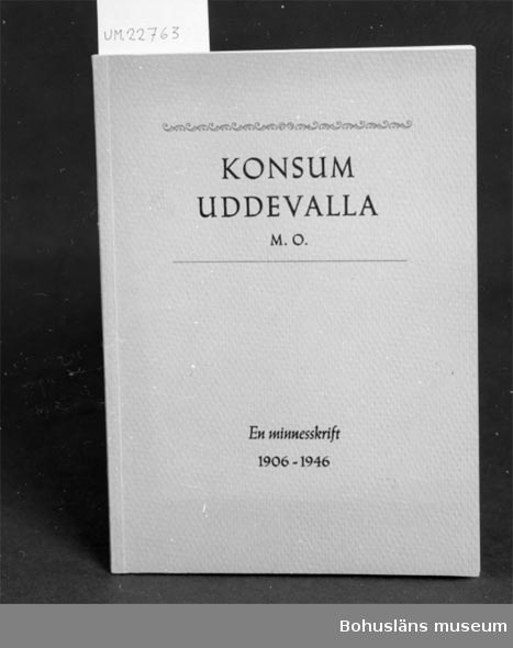 """594 Landskap BOHUSLÄN 503 Kön MAN 394 Landskap UPPLAND  """"Axel Påhlman-Walter Sjölin. Konsumtionsföreningen Uddevalla M.O. Minnesskrift 1906-1946"""" Se UM22759 Neg. UM136:12 För upplysningar om ägarna, Gunnar och Greta Karlsson, se UM18527. Gåvan omfattar UM22759 - UM22779."""