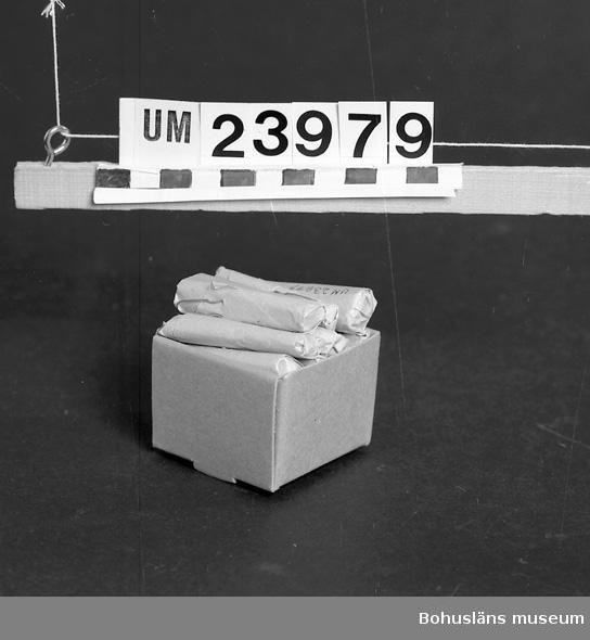 594 Landskap BOHUSLÄN  Pappersinslagna hårnålar. Föremål från Brorssons Damfrisering i Kungshamn, se UM023941.