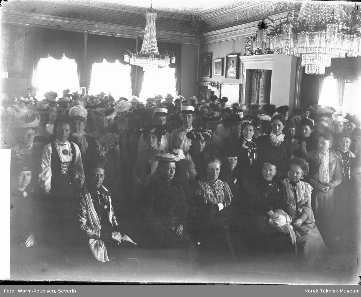 Kvinnesaksmøte hos Blehr, antagelig i Oscarsgate 12, statsminister Otto Albert Blehrs bolig.