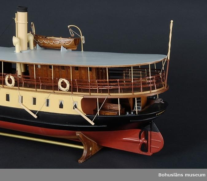 """Föremålet visas i basutställningen Uddevalla genom tiderna, Bohusläns museum, Uddevalla.  Modell av Ångbåts AB Bohuslänska kustens ångare Viken som den såg ut omkring 1930. Skala 1/40.  S/s Viken byggdes på Motala mekaniska verkstad 1883 på beställning av Ångfartygs AB Bohuslänska Kusten. Hennes förste befälhavare var Emanuel Jonsson, kallad """"Bli mä"""".  Ångfartygs AB Bohuslänska kusten  var ett av de rederier som revolutionerade kustens gods- och passagerartrafiken under 1800-talet.  Rederiet startades under namnet """"Ångbåtsaktiebolaget Bohusländska Kusten"""" år 1876. Rederiets fartyg, huvudsakligen ångfartyg, användes för passagerartrafik men även för frakt av gods till de olika orter som låg på öarna där ångbåtsbryggor fanns. Plötsligt blev skärgården tillgänglig för alla. Kustbornas kontakter med  fastlandet ökade. Det blev enklare och säkrare att resa. Restiderna blev kortare och gick för  första gången att beräkna. Oberoende av förlig vind blev ångbåtarna snabba och tillförlitliga fraktfartyg. Beroendet av väder och sjögång minskade. Två av denna moderna tids färdmedel hade kontor sida vid sida i Uddevalla. Ångfartygs AB Bohuslänska kusten och Herrljungabanans station. Även hamnen byggdes ut rejält för att klara den ökande godsmängden.  AB Bohuslänska Kusten gick i konkurs i slutet av 1950-talet.  Ångbåtstrafiken blev kort, ca 100 år - men revolutionerande.   Den första hjulångaren på västkusten gick mellan Göteborgs och Marstrand. Efterföljarna kom snabbt och blev många. Rederierna slogs snart om passagerarna och fraktgodset. Turtätheten ökade sucessivt. Ångbåtstrafiken utkonkurrerades till lands under 1900-talets mitt av den tilltagande bilismen. Till sjöss tog stora motorfartyg över fraktfarten.  Foto i bildarkivet UMFA 533329. Se Bilagepärmen UM5808, UM5814 och UM24652 för foton."""