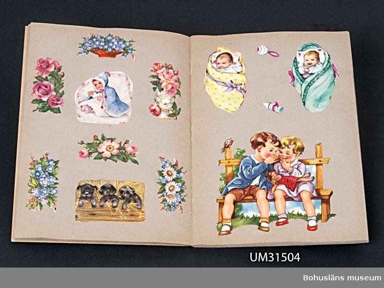 Bokmärkesalbum med bokmärken från 1950-talet.  Föremålet har använts av familjen Abrahamson i deras sommarstuga i Sundsandvik, byggd 1939. För ytterligare upplysningar om förvärvet, se UM031385.