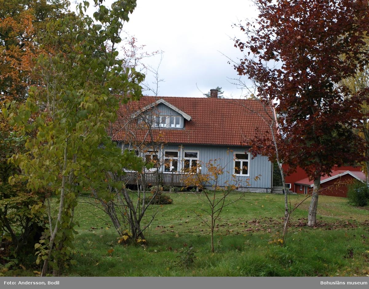 Den stig som enligt Ortnamnsregistret kallades Skojarbacken startade vid Enarsruds tidigare skola. Skolan är idag privatbostad. Foto: Bodil Andersson, Østfoldmuseene/Halden historiske Samlinger.