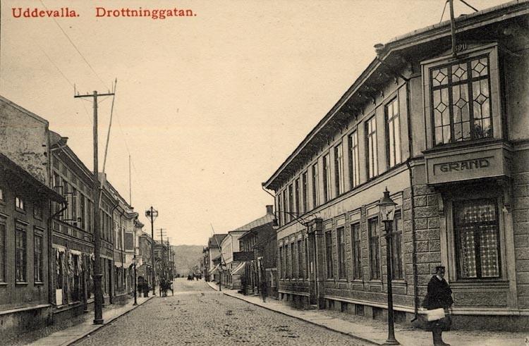 """Tryckt på kortet: """"Uddevalla. Drottninggatan."""""""