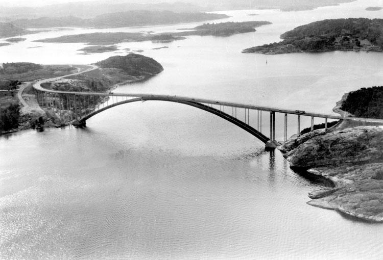 "Enligt AB Flygtrafik Bengtsfors: ""Tjörnbron över Askeröfjorden"".      ::"