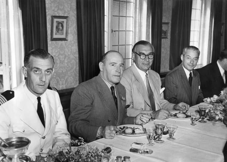 Middag vid leverans av fartyg 111 M/S Islas Malvinas. Uddevallavarvets grundare Gustaf B. Thordén tredjen från vänster och fartygets beställare till höger om honom.
