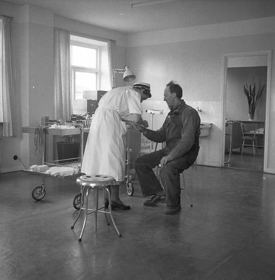 Hälsocentralen Kasen. Syster Dagmar behandlar en patient.