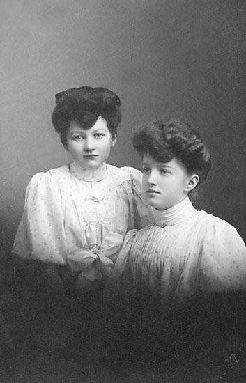 """Stämpel på framsidan: """"Atelier Svea, Karlshamn, Regeringsgatan 61."""" Inpräglar på fotot: """"1907."""""""