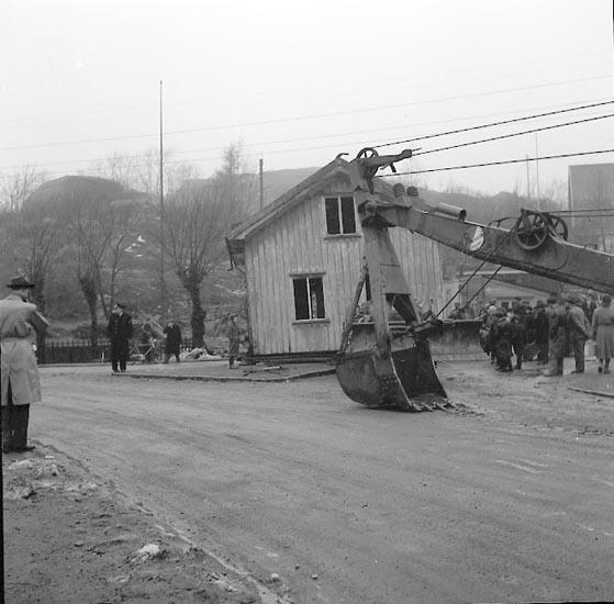 """Enligt notering:""""Hus flyttas, spärrar gata vid Isebergsvägen - Husebergsgatan31-1-1955""""."""