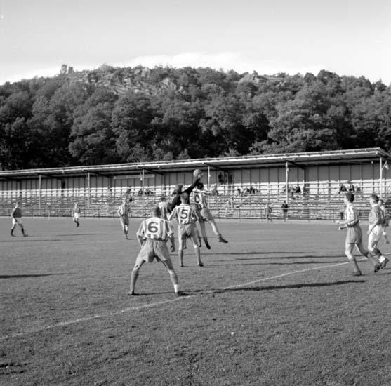 """Enligt notering: """"Fotboll Smögen - Svane d 9/8 -58""""."""