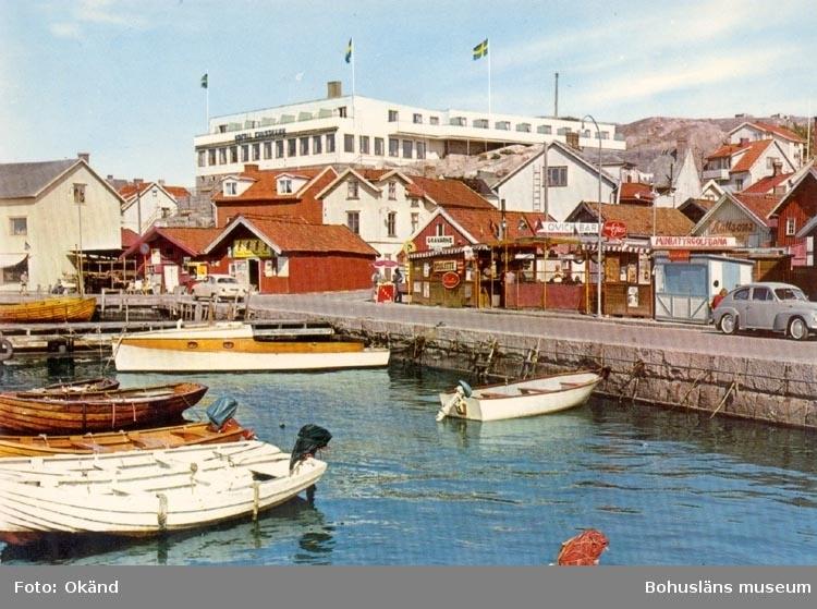 """Tryckt text på kortet: """"Gravarne. Hamnen med Hotell Kungshamn"""".  ::"""