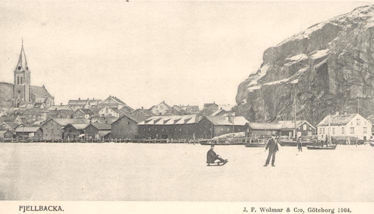 "Tryckt text på kortet: ""Fjellbacka"". ""J.F. Wolmer & C:o, Göteborg 1904""."