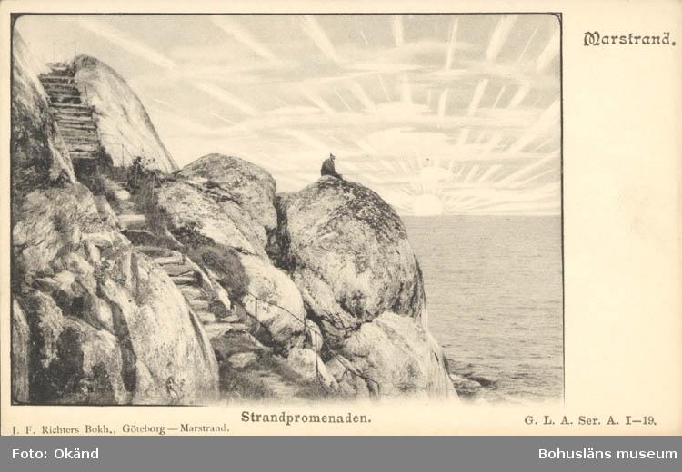 "Tryckt text på kortet: ""Marstrand. Strandpromenaden."" ""J.F Richters Bokh. Göteborg - Marstrand."""