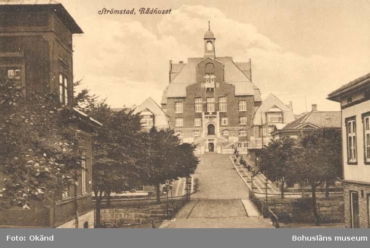 """Tryckt text på kortet: """"Strömstad. Rådhuset.""""  """"Förlag: Larssons Bok., Musik- & Pappershandel, Strömstad."""""""