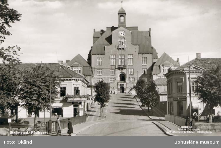 """Tryckt text på kortet: """"Strömstad. Rådhuset.""""  """"Förlag: Strömstads Bokhandel, Strömstad."""""""