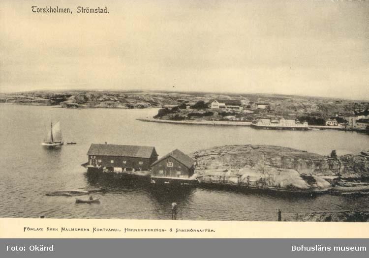"""Tryckt text på kortet: """"Strömstad. Torskholmen."""" """"Förlag: Sven Malmgrens Kortvaru -, Herrekiperings- & Sybehörsaffär."""""""