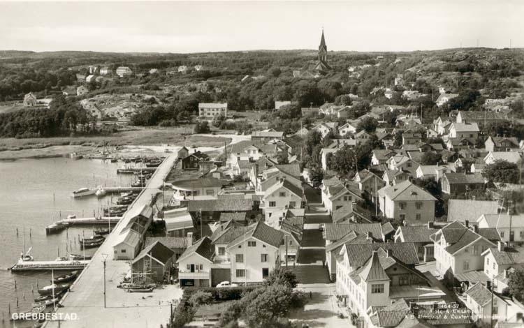 """Tryckt text på kortet: """"Grebbestad."""" """"Foto & Ensamrätt: A/B Almqvist & Cöster, Hälsingborg."""" """"Förlag: A/B J. F. Hallmans Bokhandel, Uddevalla."""""""
