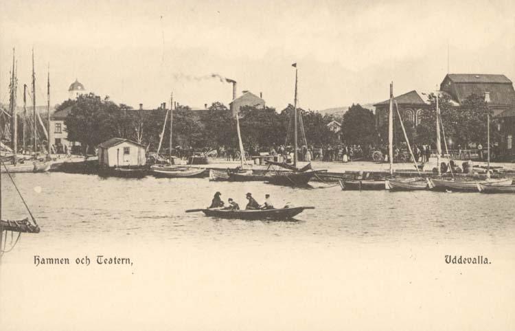 """Tryckt text på kortet: """"Hamnen och Teatern, Uddevalla. """" ::"""