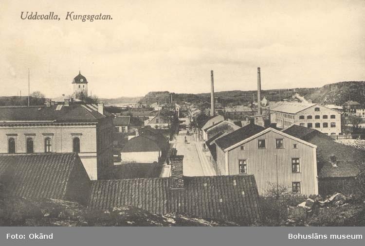 """Tryckt text på kortet: """"Uddevalla. Kungsgatan.""""  ::"""