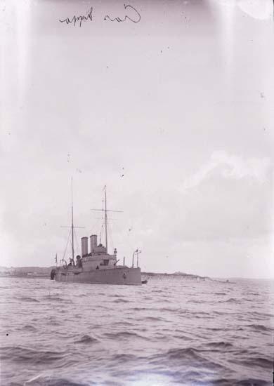 """Enligt text som medföljde bilden: """"Kryssaren Claes Uggla Aug. 1907."""" ::"""