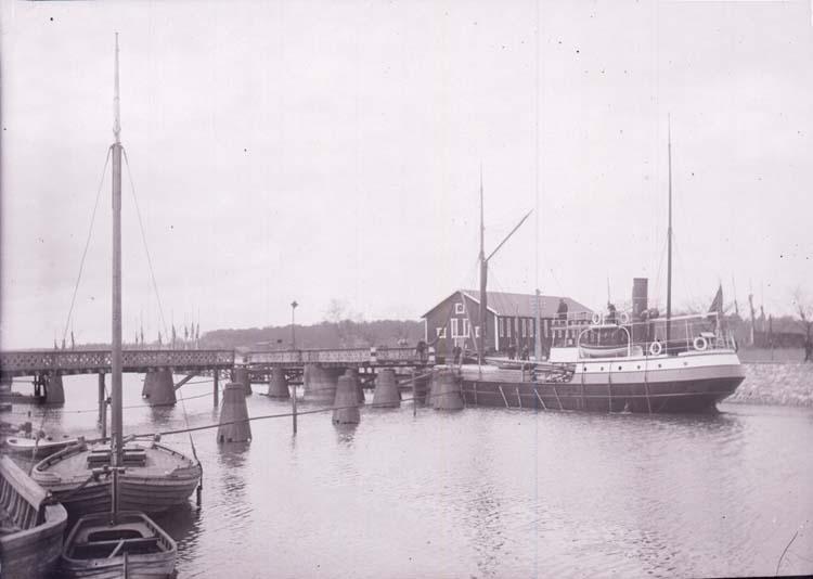"""Enligt text som medföljde bilden: """"Hamnen Venersborg 21/5 02."""""""