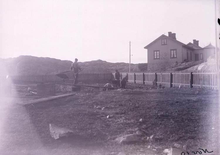 """Enligt text som medföljde bilden: """"Gräfning vid Stugan, Lysekil Nov. 10."""""""