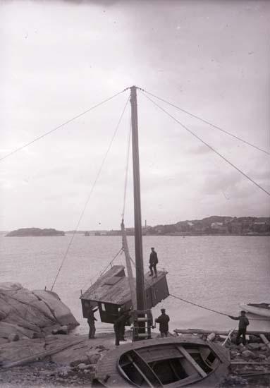 """Enligt text som medföljde bilden: """"Båtkranen uppsättes. Okt 08""""."""
