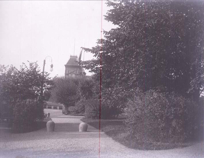 """Enligt text som medföljde bilden: """"Salongen o Båglampa, Lysekil 9/9 1899 tagen fr.porten till Badhuset."""""""