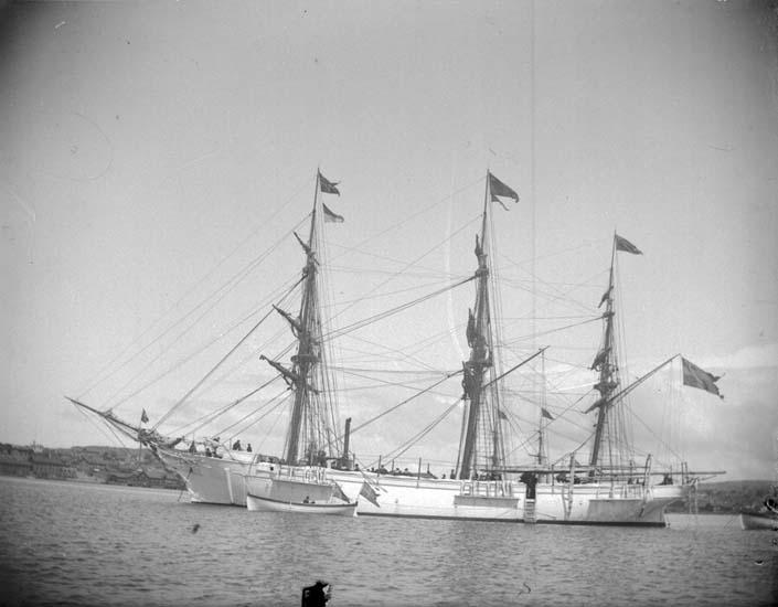 """Enligt text som medföljde bilden. """"Lysekil. Övningsfartyget """"Najaden"""" liten parad  24/6 1899."""""""