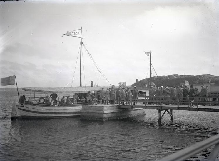 Passagerarbåtarna NORDEN och MUNKEN vid bryggan i Marstrand .