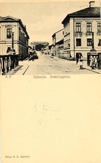 """Tryckt text på vykortets framsida: """"A.E. Uddevalla Drottninggatan."""" """"Förlag: C.R. Högström."""""""