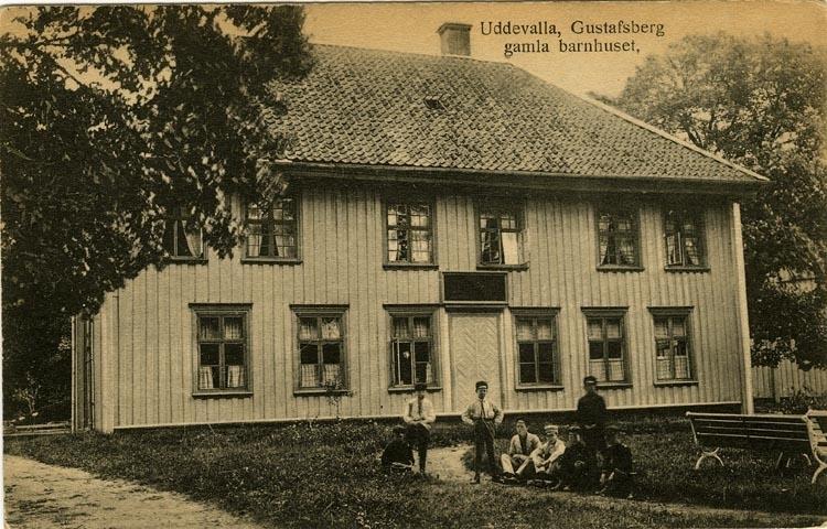 """Tryckt text på vykortets framsida: """"Uddevalla, Gustafsberg gamla barnhuset."""""""