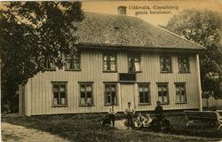 """Tryckt text på vykortets framsida: """"Uddevalla, Gustafsberg g"""