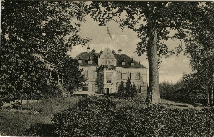 """Tryckt text på vykortets framsida: """"Uddevalla. Gustafsberg Barnhuset."""" ::"""