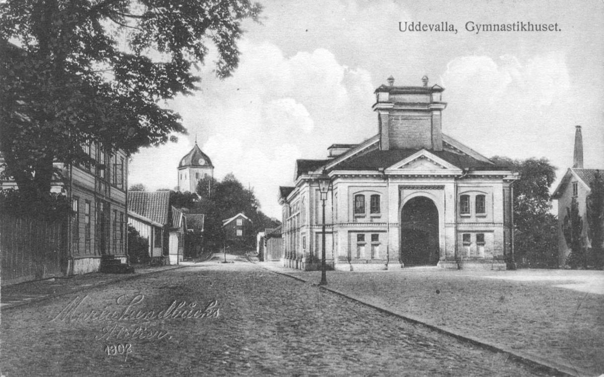 """Tryckt text på vykortets framsida: """"Uddevalla.""""  ::"""
