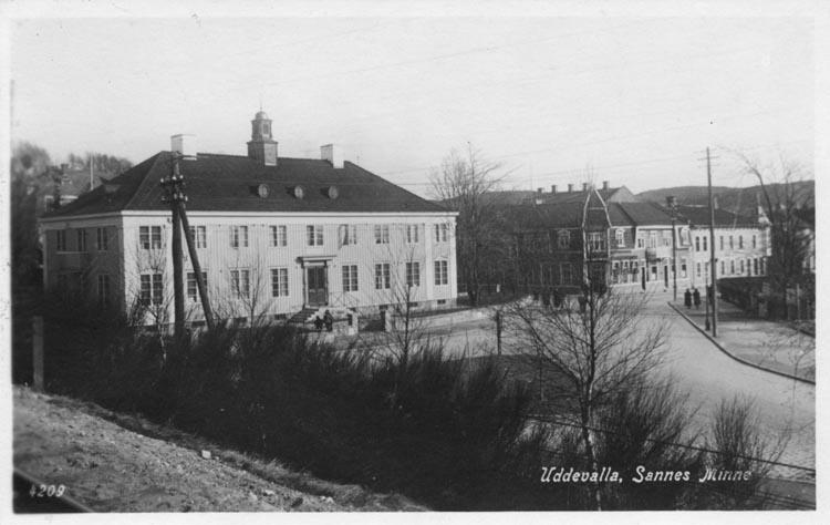 "Tryckt text på vykortets framsida: ""Uddevalla. Sannes Minne.""  ::"