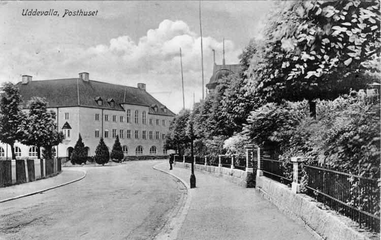 """Tryckt text på vykortets framsida: """"Uddevalla, Posthuset.""""  ::"""