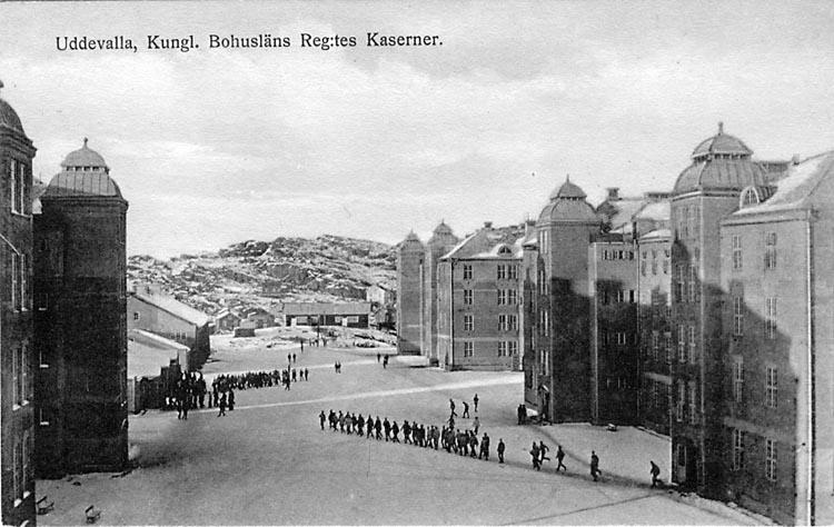 """Tryckt text på vykortets framsida: """"Uddevalla, Kungl. Bohusläns Reg:tes Kaserner."""""""
