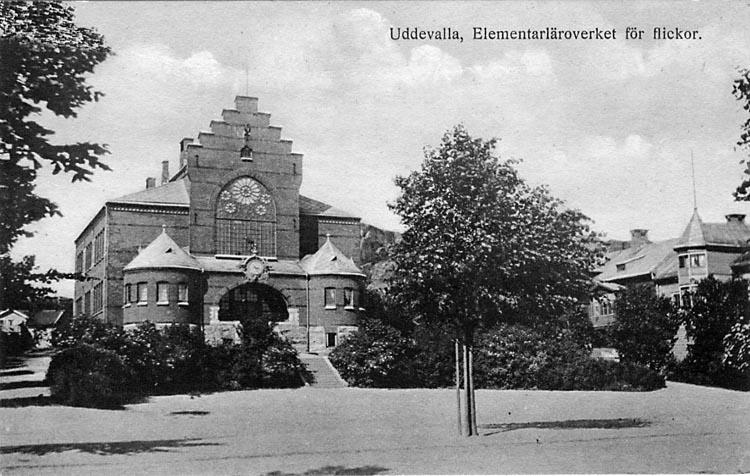 """Tryckt text på vykortets framsida: """"Uddevalla. Elementarläroverket för flickor""""."""