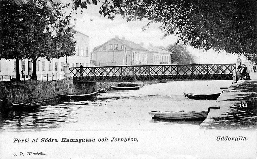 """Tryckt text på vykortets framsida: """"Parti af Södra Hamngatan och Jernbron""""."""