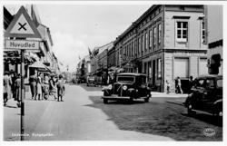 """Tryckt text på vykortets framsida: """"Uddevalla Kungsgatan""""."""