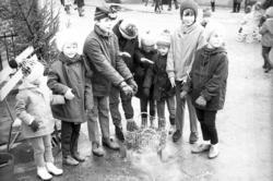 """Enligt fotografens notering: """"Julmarknaden i Lysekil 1970""""."""