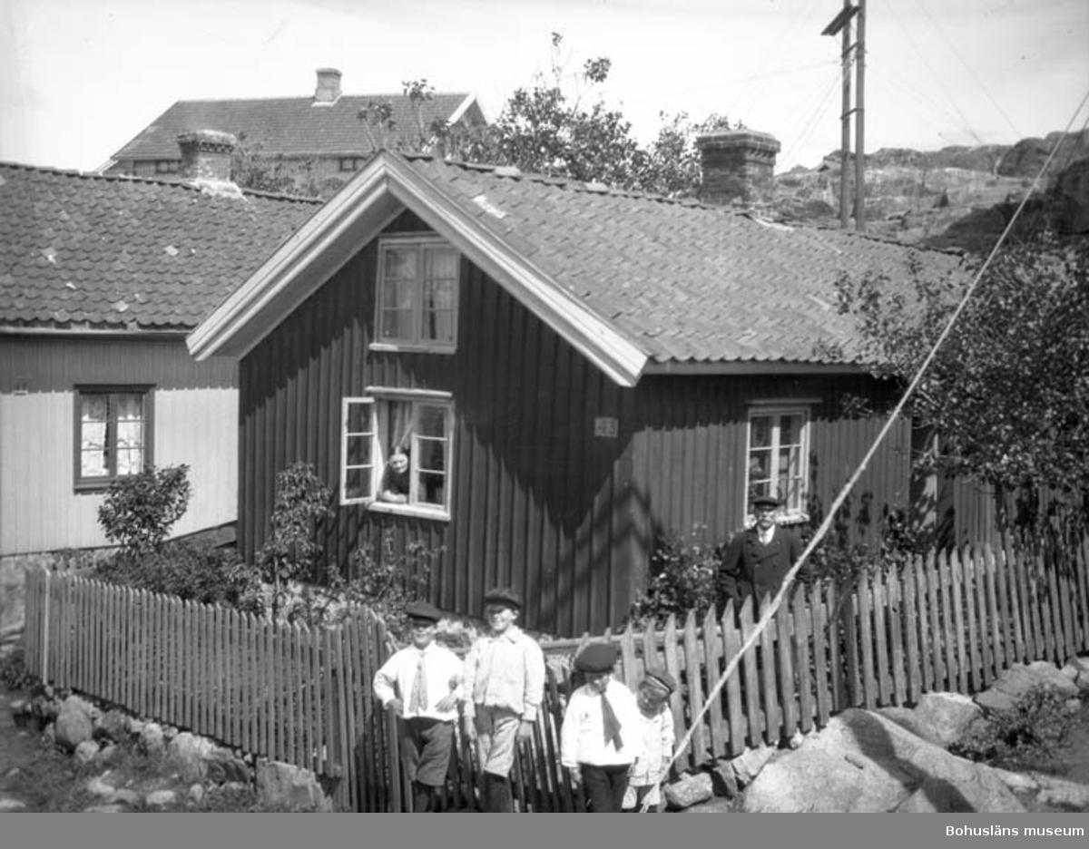 """Text till bilden: """"Kapten Pettersson med sin familj vid huset""""."""